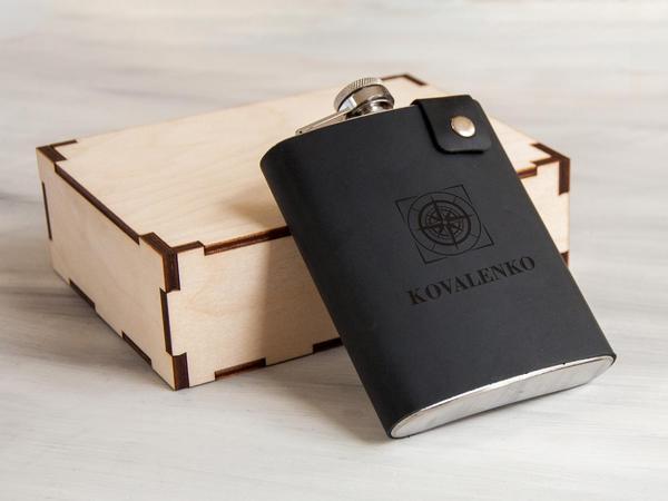 Именная фляга сувенирная стальная в кожаном чехле с гравировкой, 240 мл, Black, в деревянной коробке, WOODPRESENT, мініатюра №1