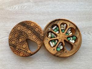 Деревянная Таблетница на 7 дней Круглая крышке орнамент Соты из Ореха Ручная работа